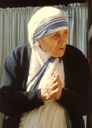"""Matka Teresa z Kalkuty, """"niestrudzona pracownica miłosierdzia"""", wczoraj ogłoszona świętą.Dziś Jej liturgiczne wspomnienie"""