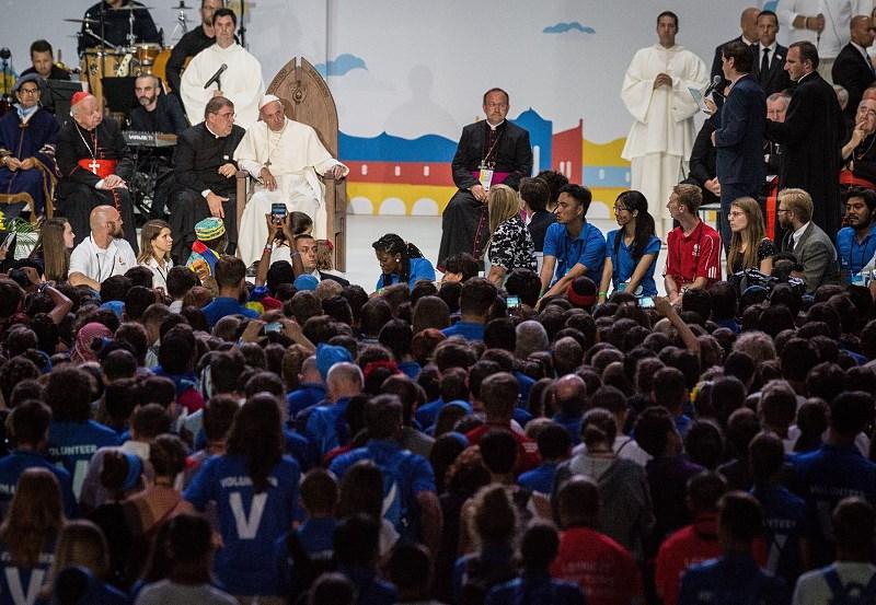 papież z wolontariuszami-Resizer-800