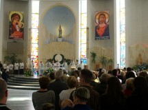 Wbrew próbom laicyzacji, Polacy coraz bardziej religijni. Zobacz najnowszy raport GUS