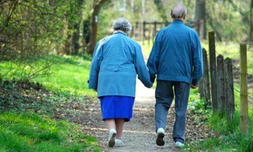 para-starszych-ludzi-na-spacerze